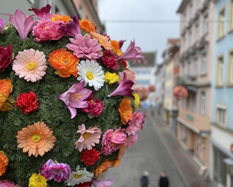 Bild: Einer der 40 bunten Blumenbälle in Konstanz – die Aktion der Marketing und Tourismus Konstanz GmbH ist noch bis Mitte Juni 2021 zu sehen (Quelle / Copyrights: Marketing und Tourismus Konstanz GmbH)