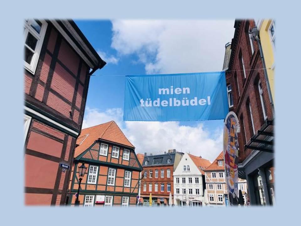 Bild: Kunstinstallation in der Altstadt von Stade. Wort-Kunst-Kampagne von Arne Rautenberg (Copyrights / Quelle: Stade Marketing und Tourismus GmbH)